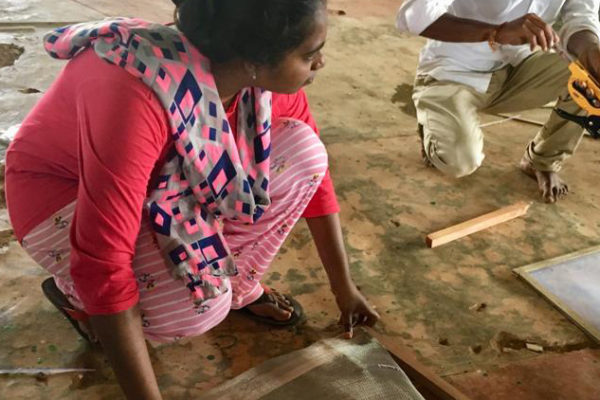 Dona a l'Índia fent un assecador solar domèstic