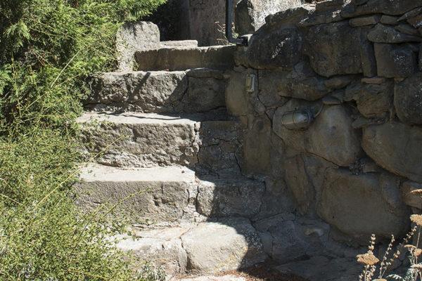 escala de pedra en un jardí
